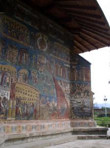 Стены монастыря в Воронце