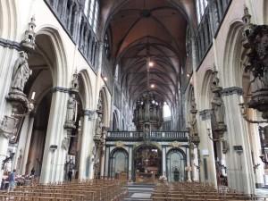гербы рыцарей под колоннами святых